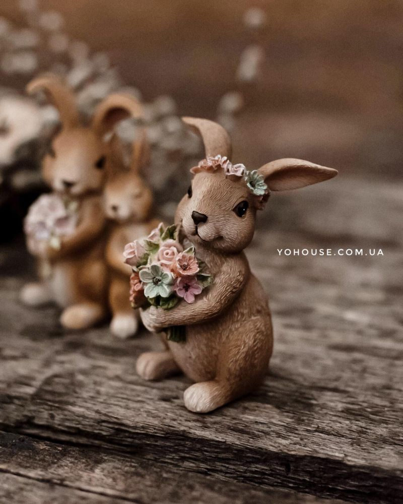 Декоративна фігурка зайчик з квітами